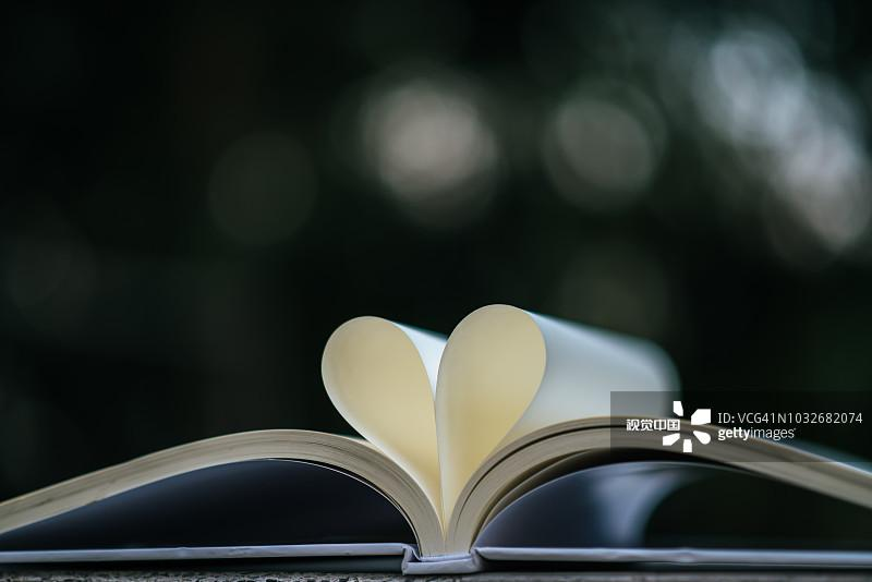 Close-Up Of Papers In Heart Shape On Book图片素材_创意图片 - 视觉中国